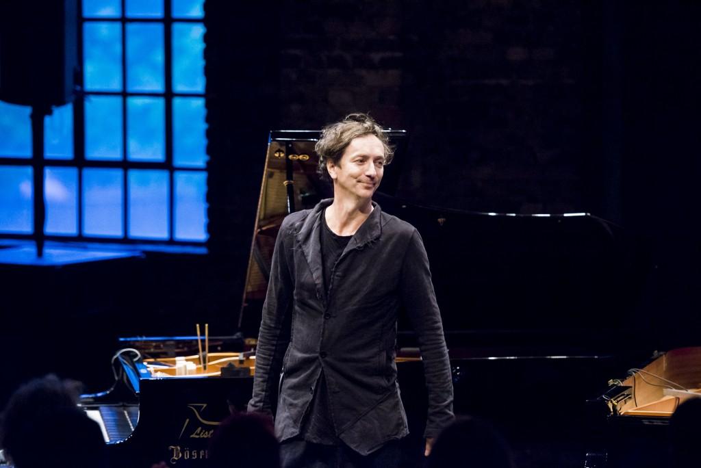 Ruhrtriennale. Pianist Volker Bertelmann, Hauschka, am 17.08.2015 im Maschinenhaus der Zeche Carl in Essen. Foto: Marcus Simaitis