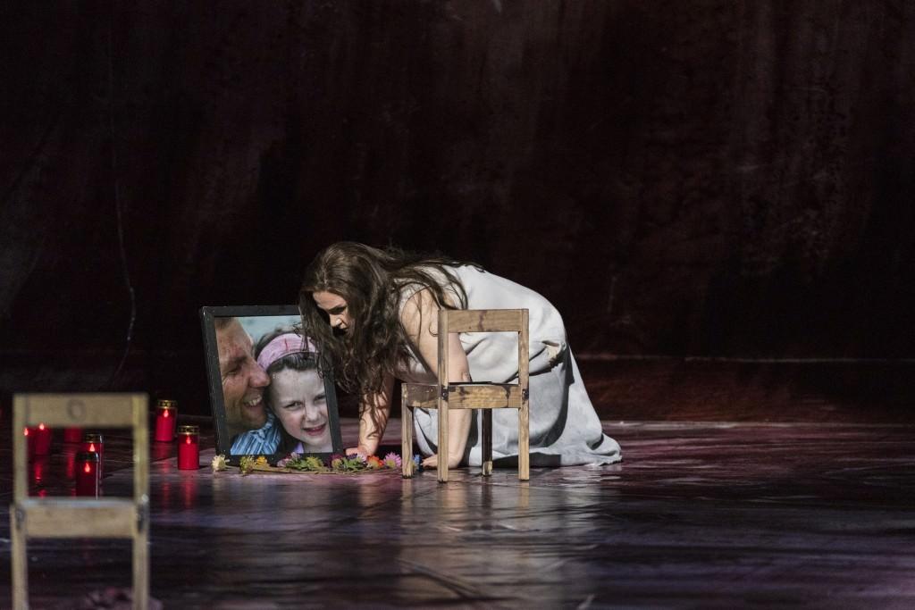 ELEKTRATragödie in einem Aufzug von Richard Strauss, Dichtung von Hugo von HofmannsthalMit ÜbertitelnPremiere: Samstag, 19. März 2016 v.l.: Rebecca Teem (Elektra)