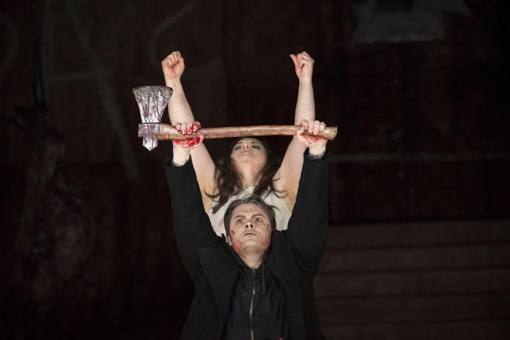 ELEKTRA Tragödie in einem Aufzug von Richard Strauss, Dichtung von Hugo von Hofmannsthal Premiere: Samstag, 19. März 2016 v.l.: Rebecca Teem (Elektra), Almas Svilpa (Orest)